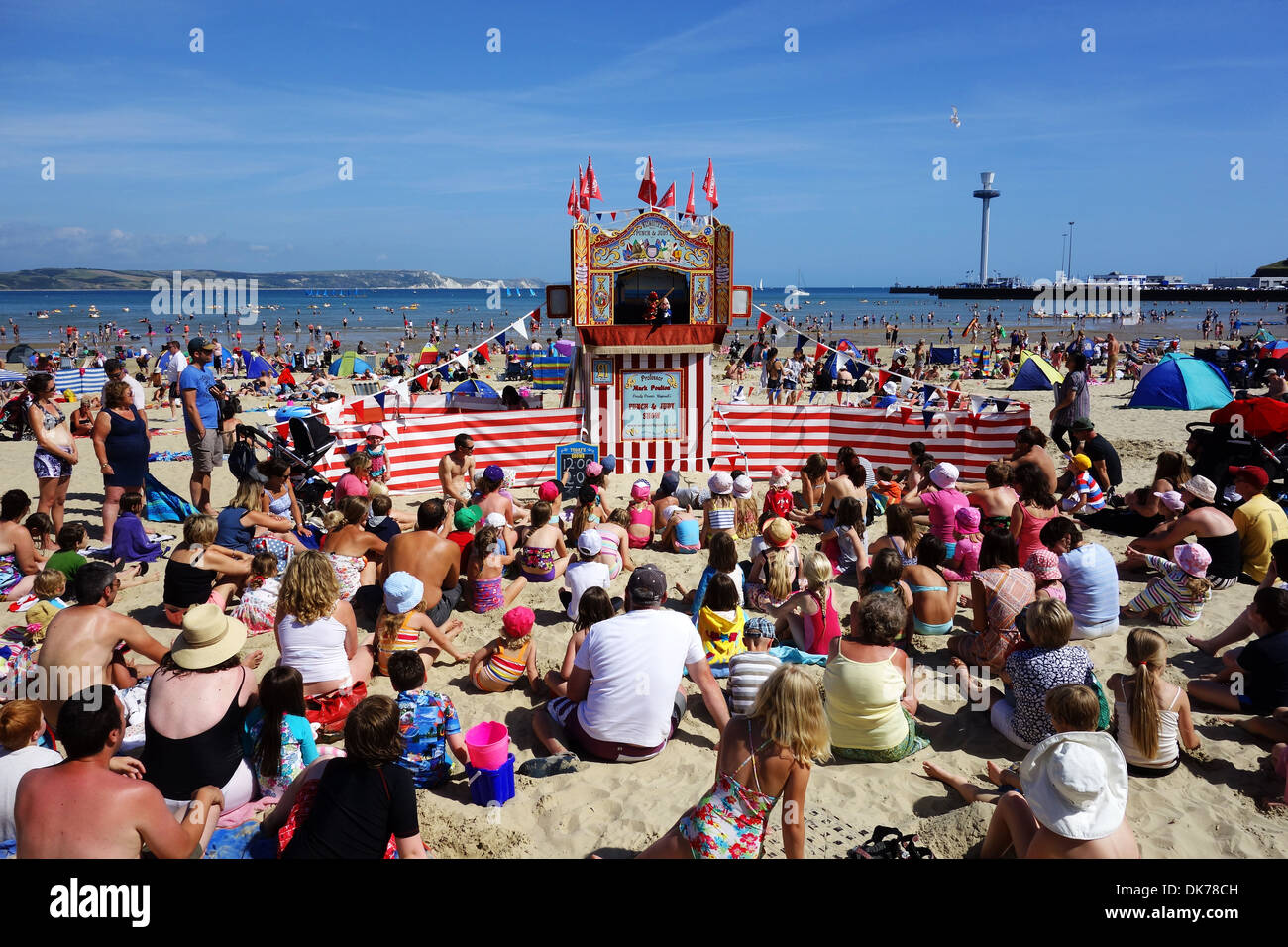 http://c8.alamy.com/comp/DK78CH/punch-and-judy-show-on-weymouth-beach-in-dorset-england-uk-traditional-DK78CH.jpg
