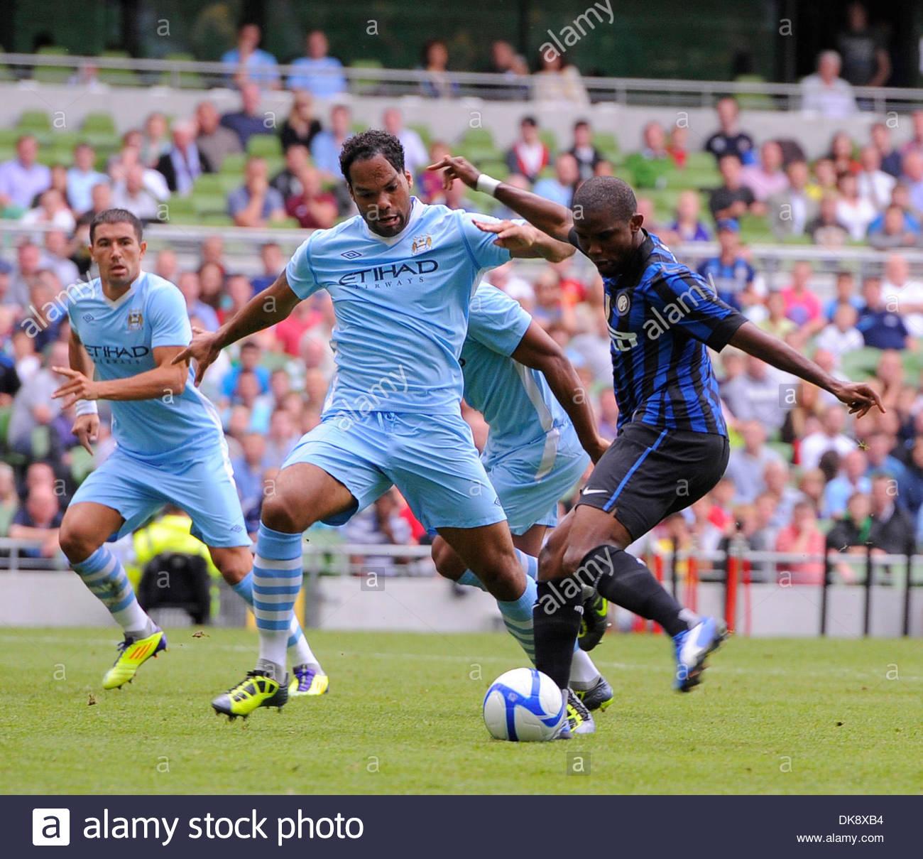 Samuel Eto o of Inter Milan shoots on goal past Joleen Lescott of