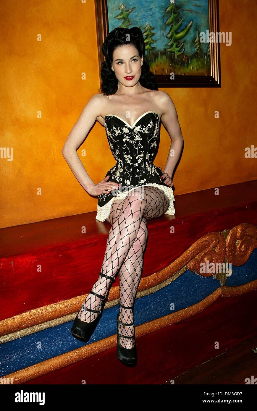 Dita Von Teese! Sexy Burlesque dancer &- the most famous Pin Up of ...