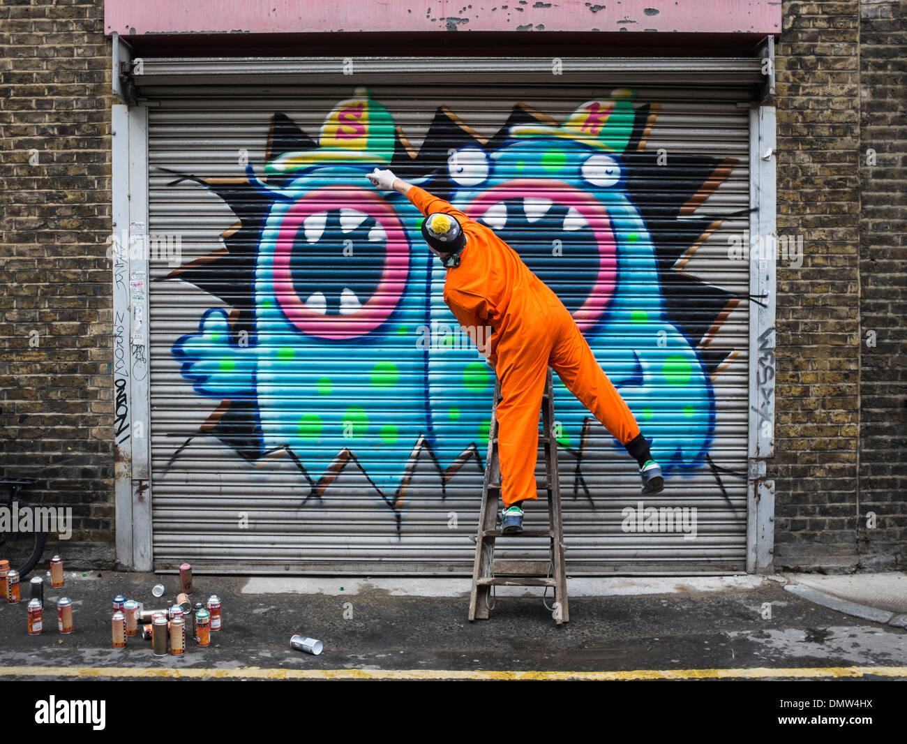 street artist ronzo at work artist uses spray paints to. Black Bedroom Furniture Sets. Home Design Ideas