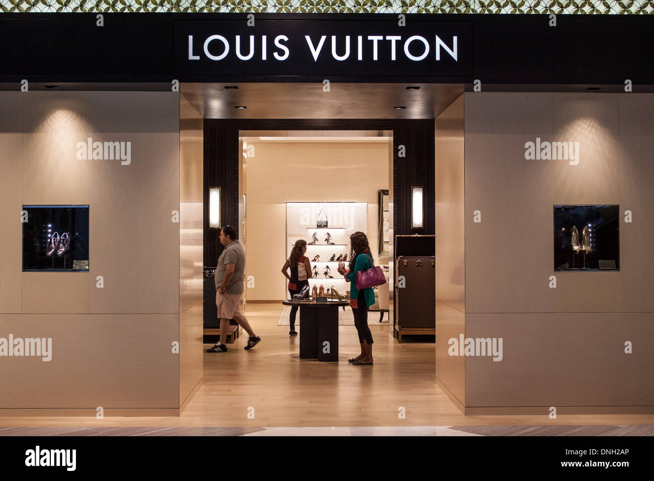 Buyers shopping in the louis vuitton boutique in the for Boutique center