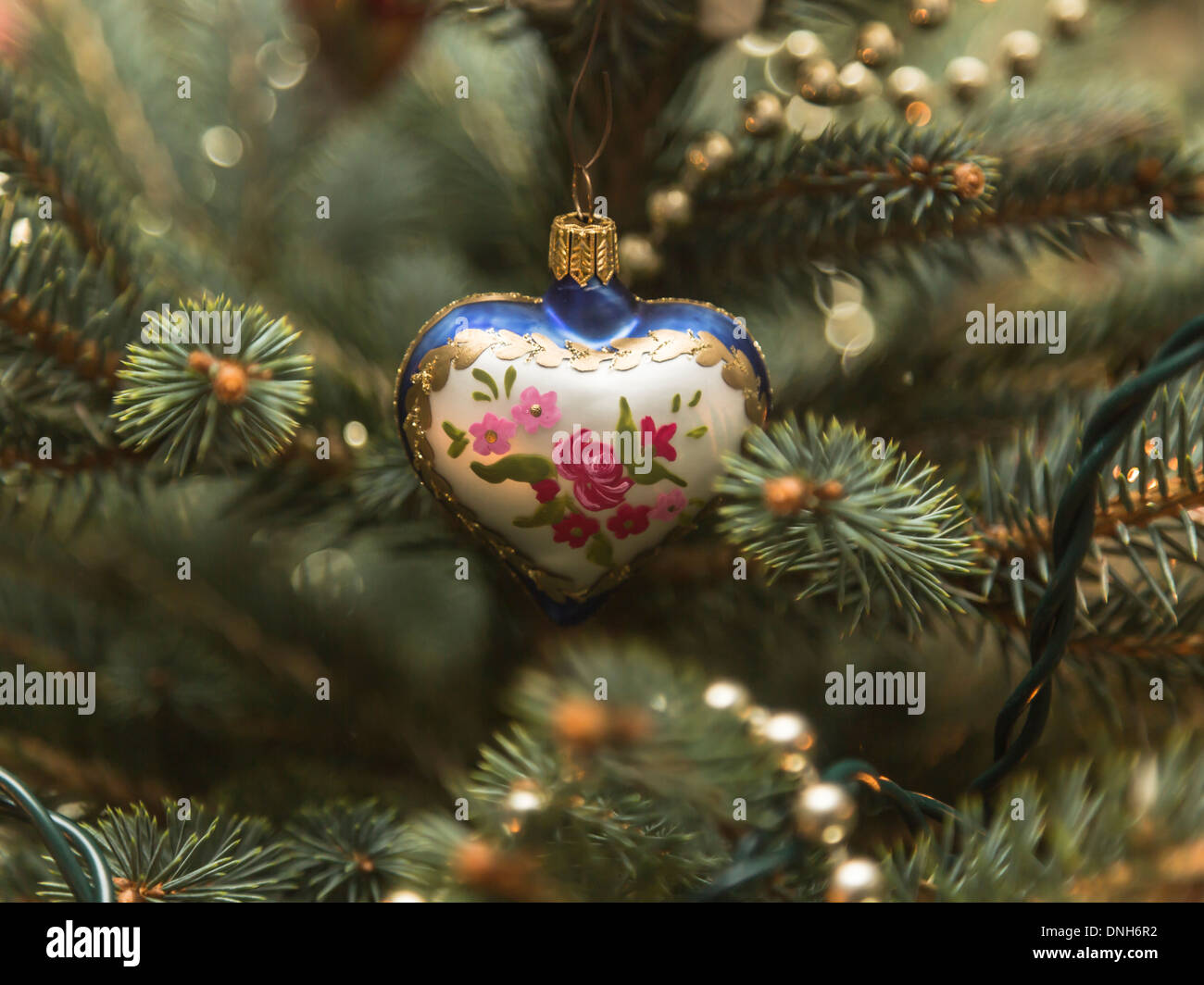 Blue and gold christmas tree decorations - Attractive Blue Gold And White Heart Shaped Christmas Tree Decoration With Pink And Red Roses