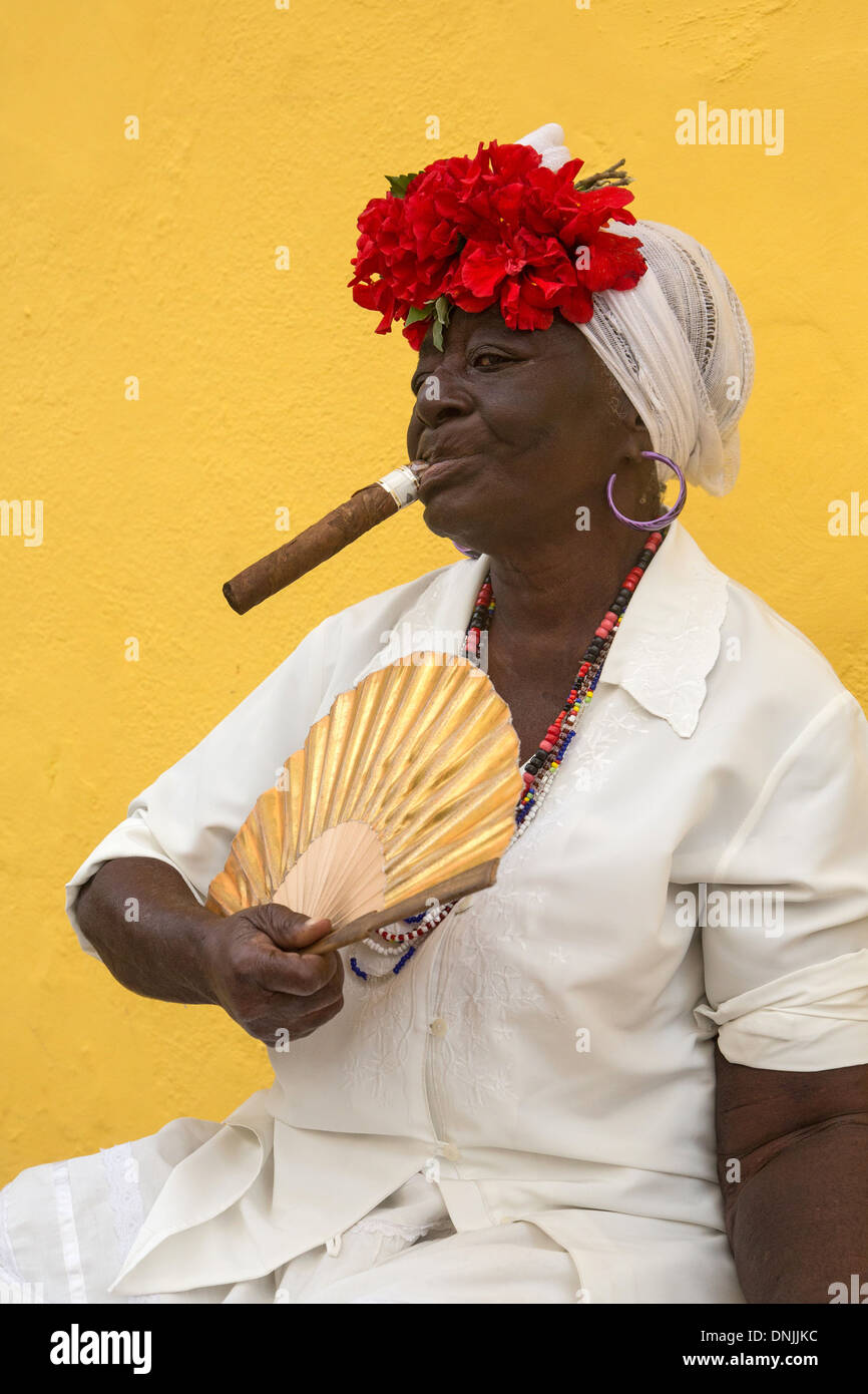 [Imagen: creole-woman-with-her-fan-smoking-a-puro...DNJJKC.jpg]