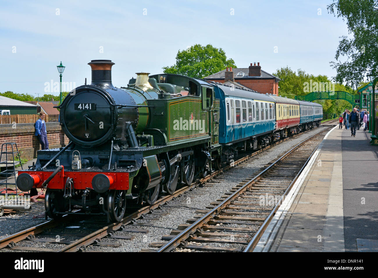 steam-locomotive-4141-with-train-on-the-