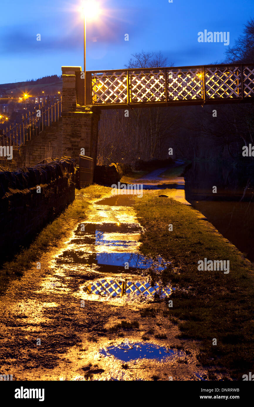 Footbridge_over_the_Rochdale_Canal_at_du