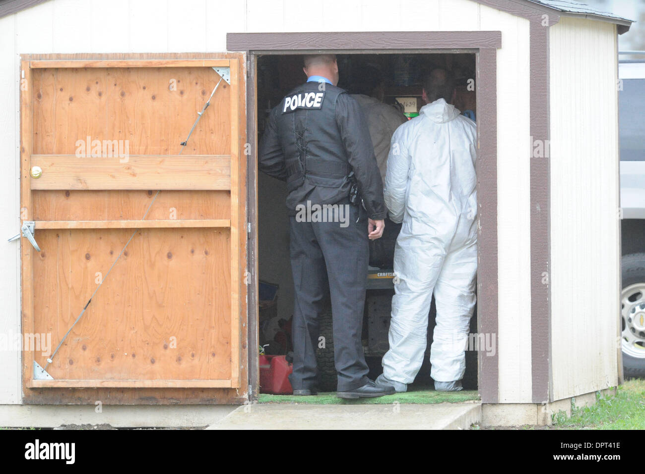 Members Of The FBI And Tracy Police Look Into A Storage Shed At The Clover  Road Baptist Church In Tracy, Calif., On Tuesday, April 7, 2009, As They  Look For ...