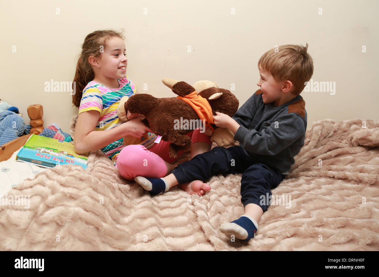 Toys For Siblings : Siblings fighting over toys pixshark images