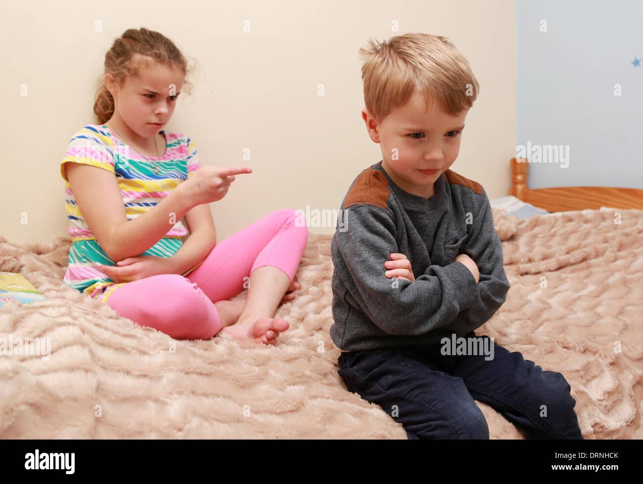 Брат бороться с сестрой
