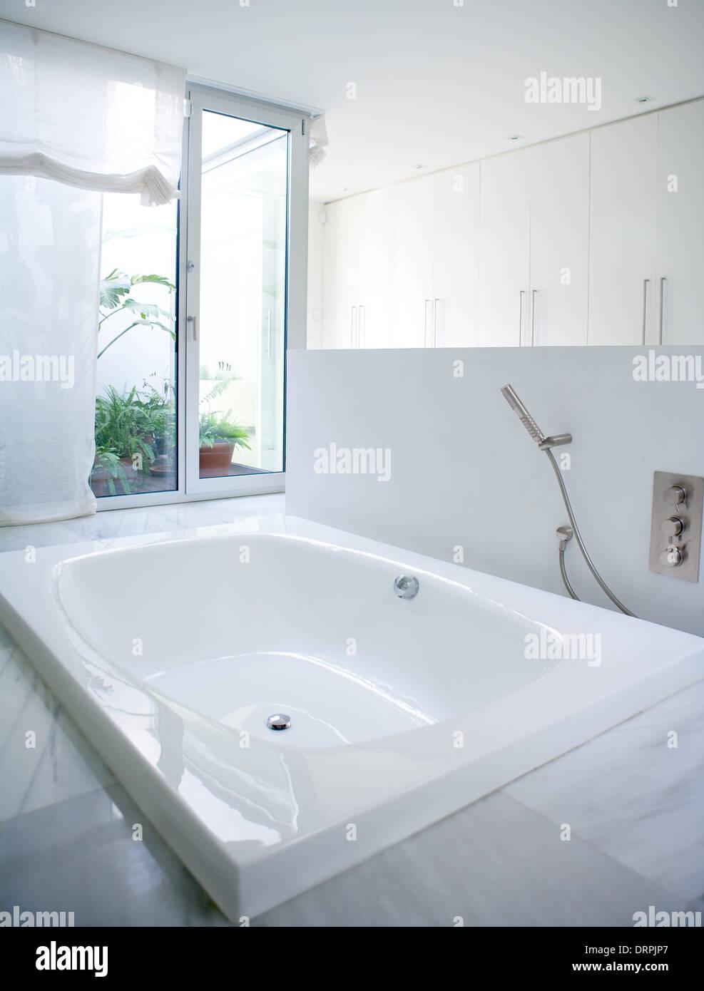 White house bathroom - Modern White House Bathroom Bathtub With Marble Floor And Courtyard Skylight