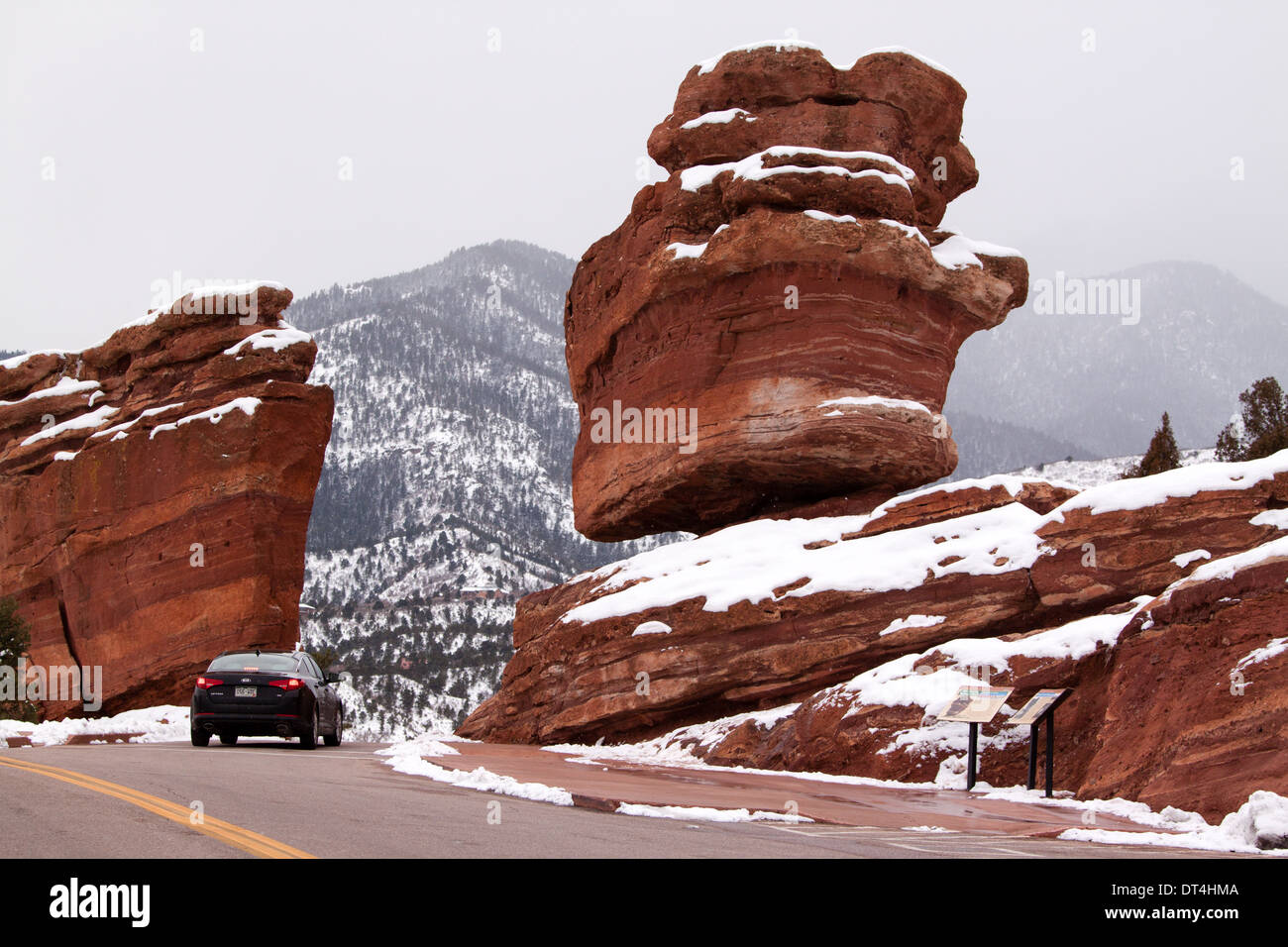 steamboat rock and balanced rock in garden of the gods park