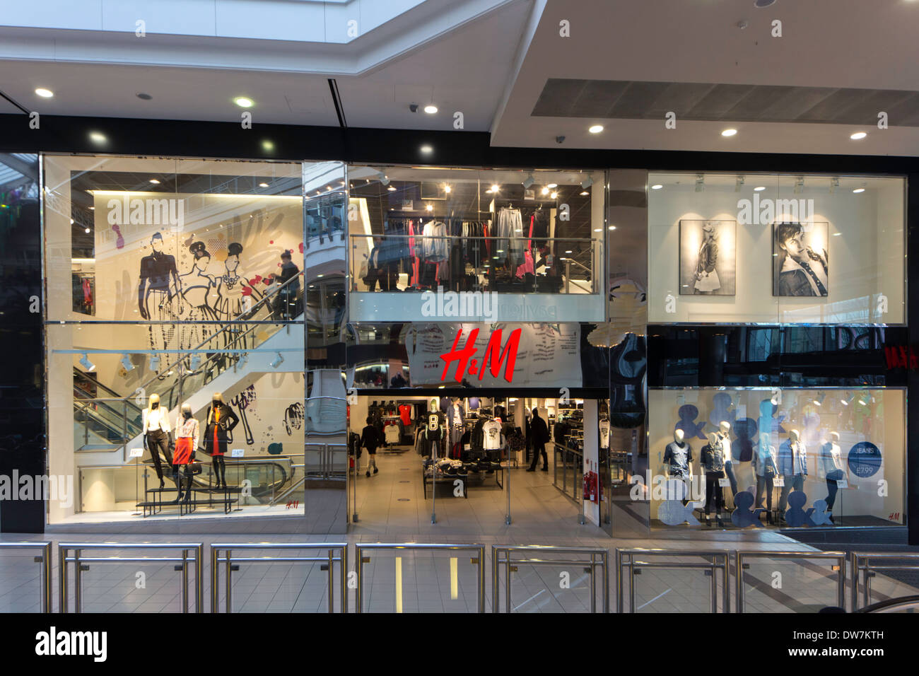 H&M clothing store in the Pavilions shopping centre ...
