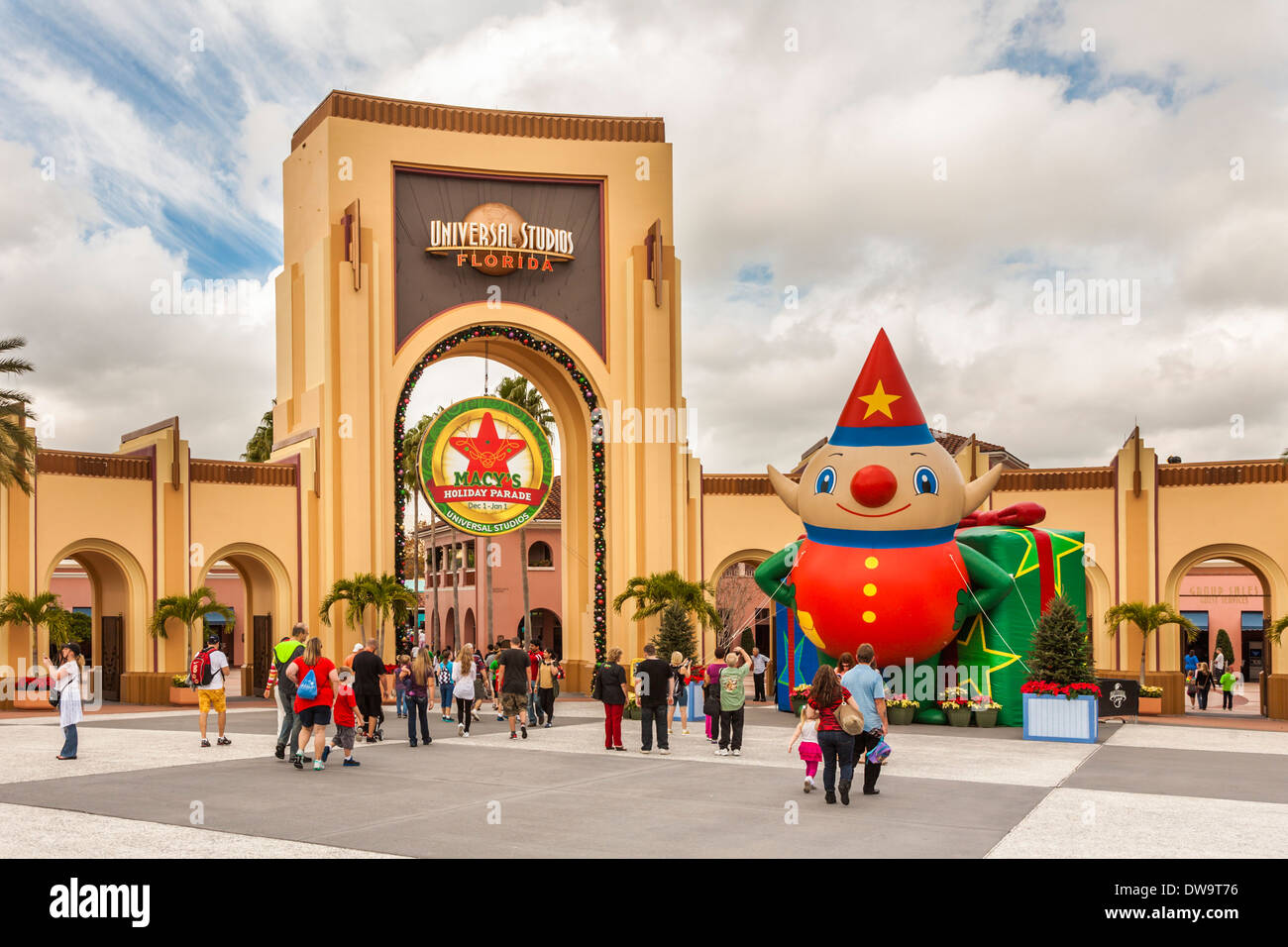 Arch at entrance to Universal Studios theme park in Orlando ...