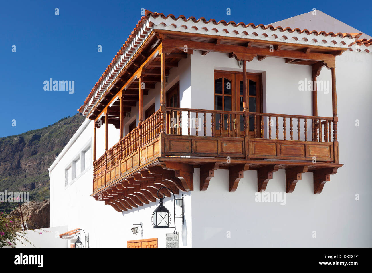 House with traditional wooden balcony tejeda gran for Traditional balconies