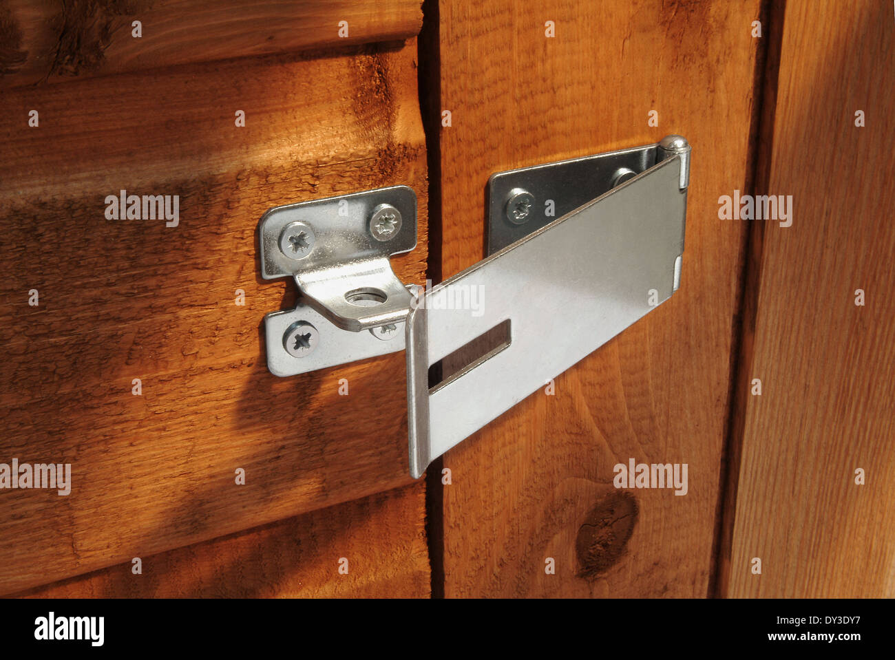 Open hasp on shed door without padlock & Open hasp on shed door without padlock Stock Photo: 68303627 - Alamy