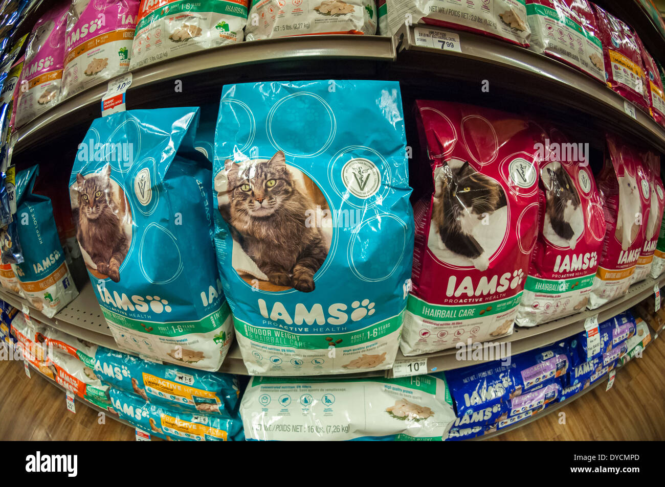 bags-of-iams-cat-food-on-a-pet-store-shelf-in-new-york-DYCMPD