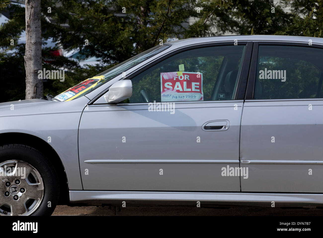 For Sale sign on car window Virginia USA Photo Royalty – Free for Sale Signs for Cars