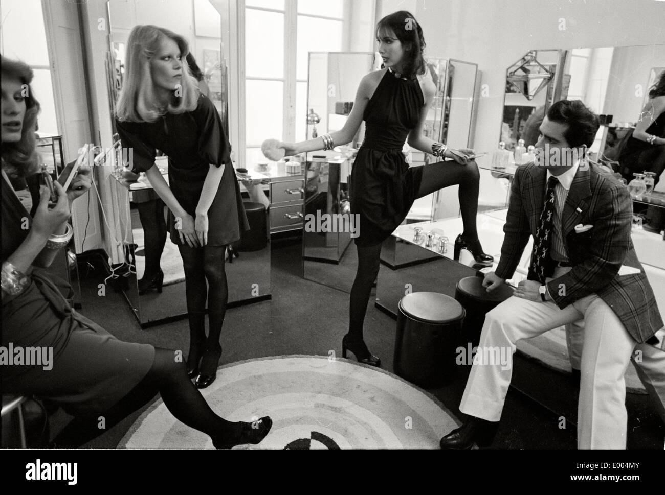 Karl lagerfeld with his models at maison chloe 1972 stock for Model decoration maison