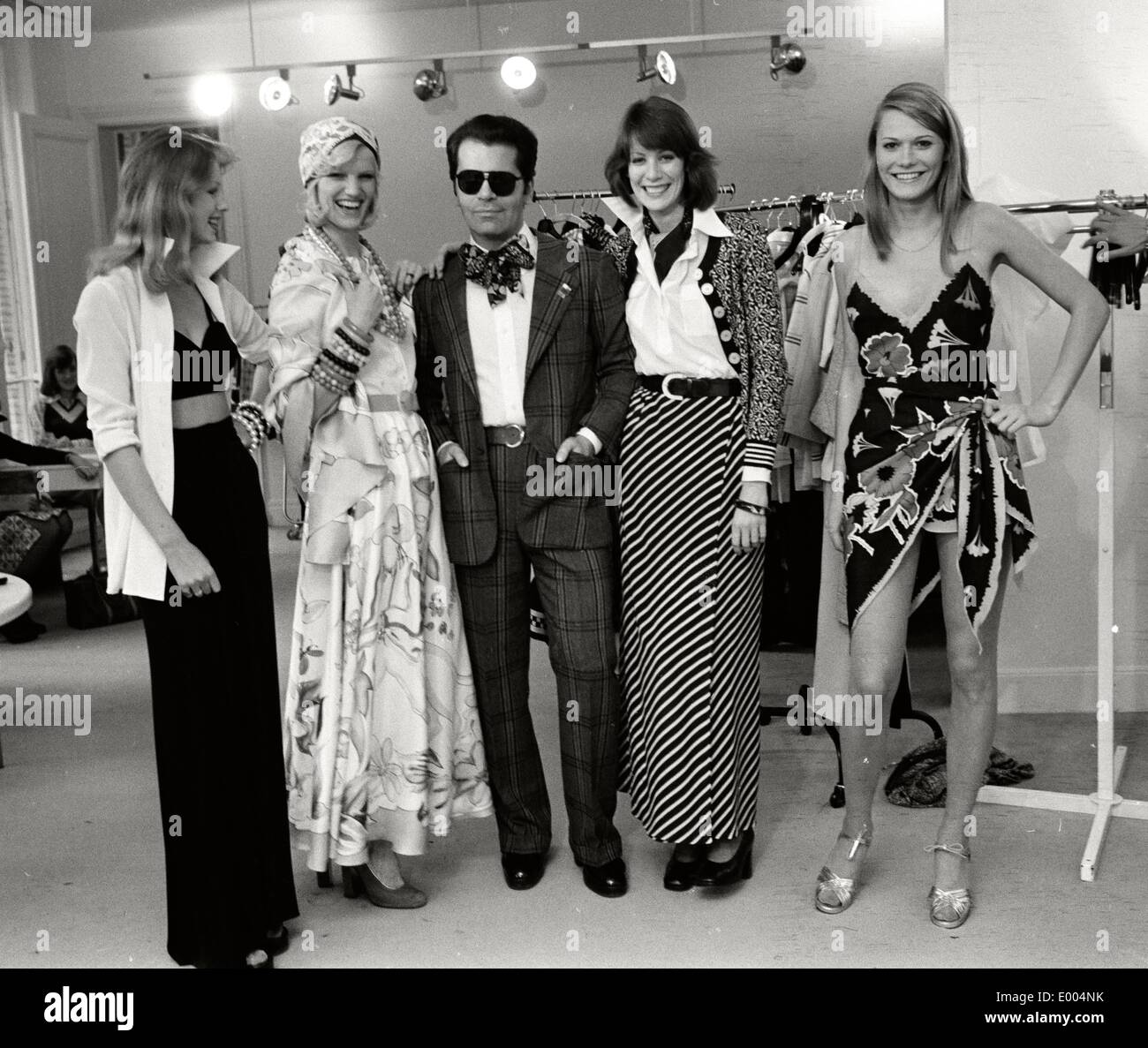 Karl lagerfeld with models at maison chloe 1972 stock for Model decoration maison