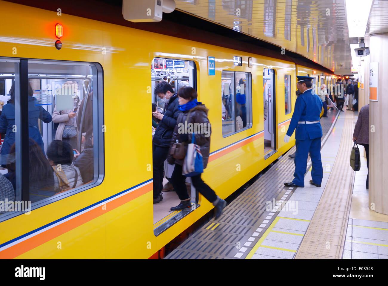 People entering Tokyo Metro subway train on a platform ...