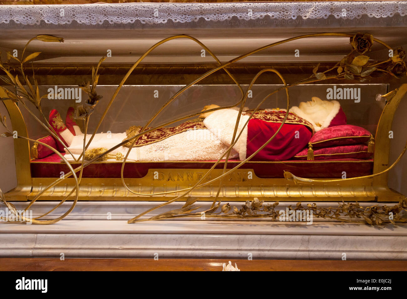 The body of Pope John XXIII in its tomb, St Peters ...