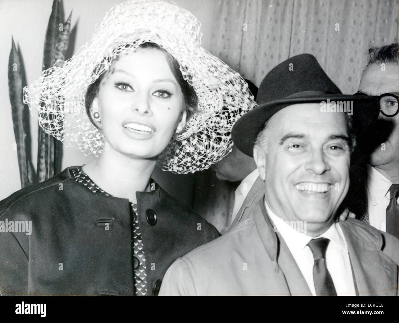 Velika ljubav: Sophia Loren i Carlo Ponti Sophia-loren-and-husband-carlo-ponti-arriving-at-the-tempelhof-airport-E0RGC8