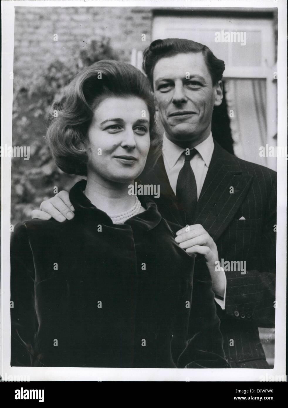 nov-11-1962-princess-alexandra-and-angus-ogilvy-poses-for-photographers-E0WFW0.jpg