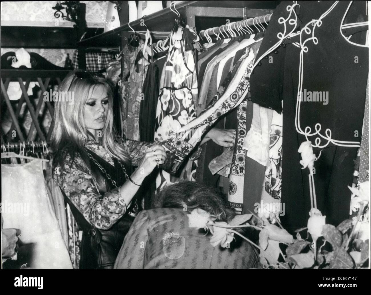 May 05 1968 Brigitte Bardot Out Shopping In Rome