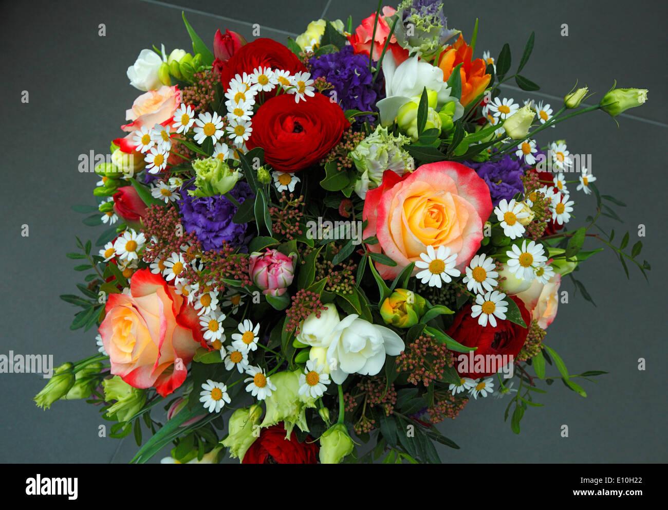 Bunter blumenstrauss mit rosen tulpen freesien for Bouquet de fleurs nature