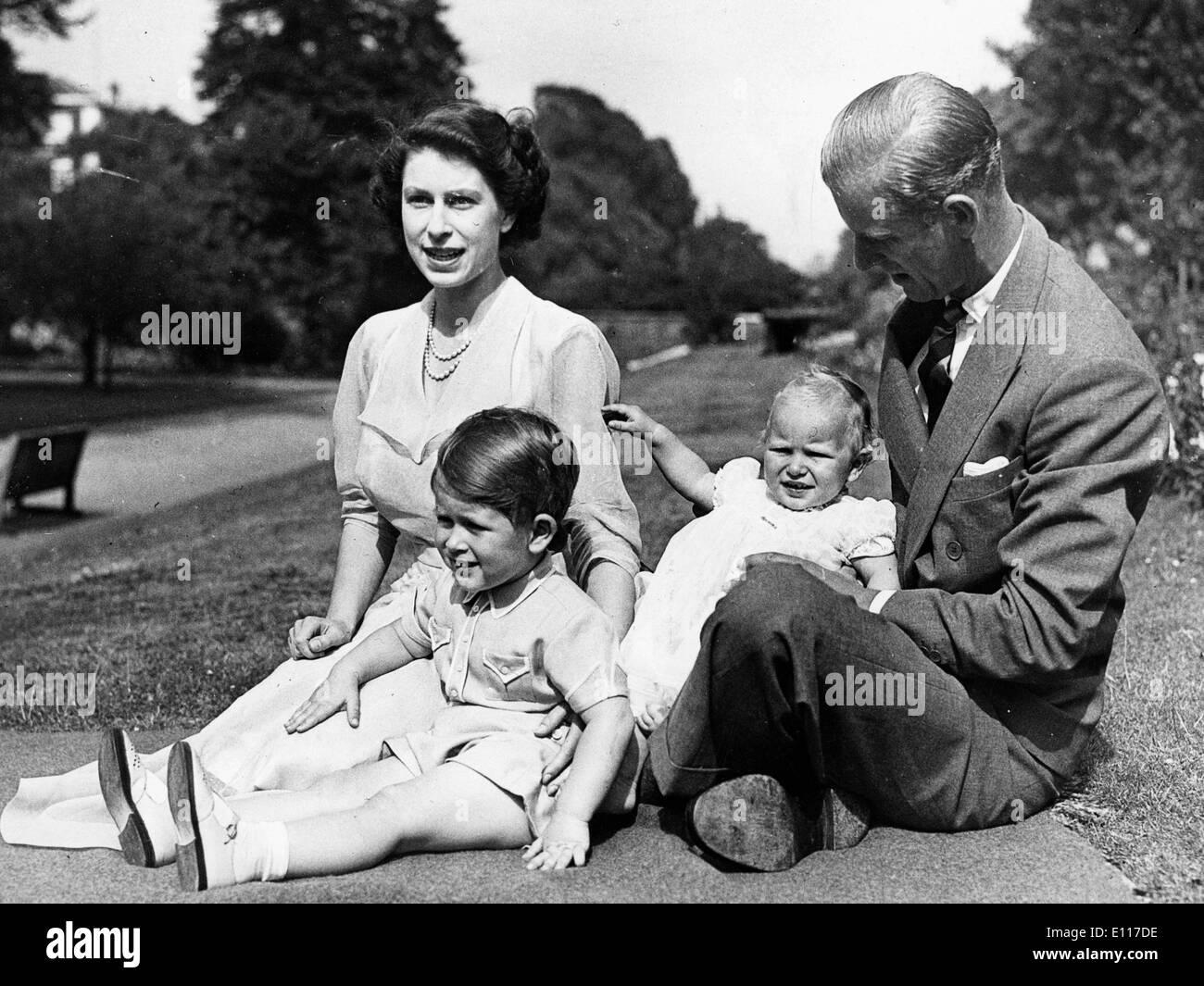 queen-elizabeth-ii-and-prince-philip-with-children-E117DE.jpg