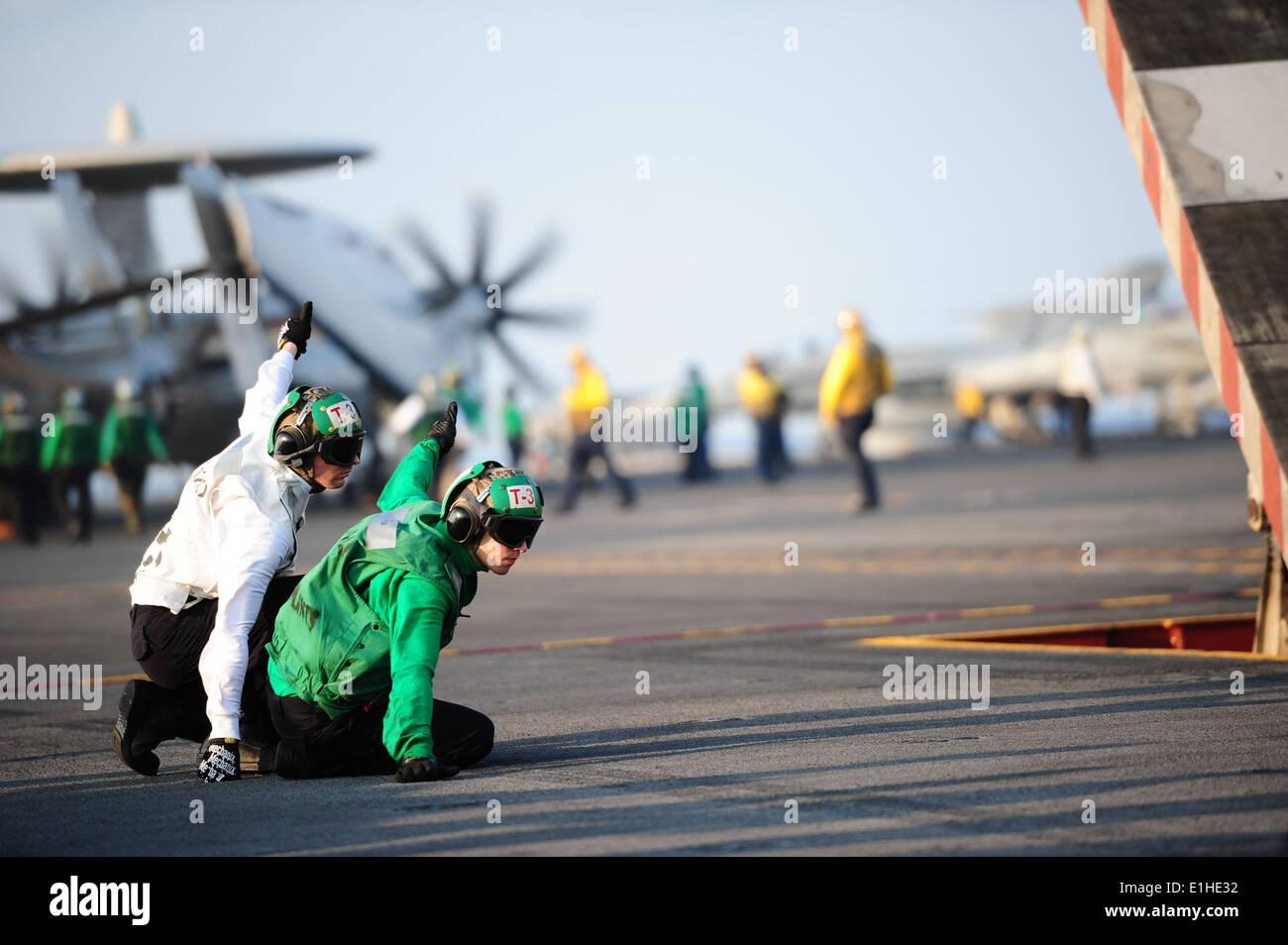 u s navy aviation machinist s mate rd class william catlin u s navy aviation machinist s mate 2nd class joshua ginieczki left and aviation machinist s mate