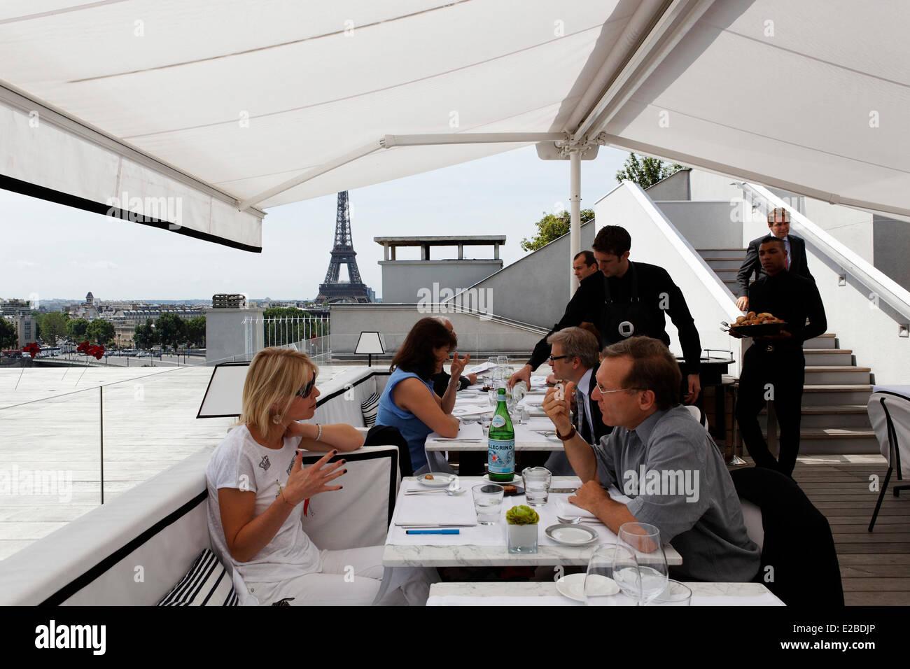France paris plaza athenee hotel terrasse montaigne a - La maison hantee paris ...