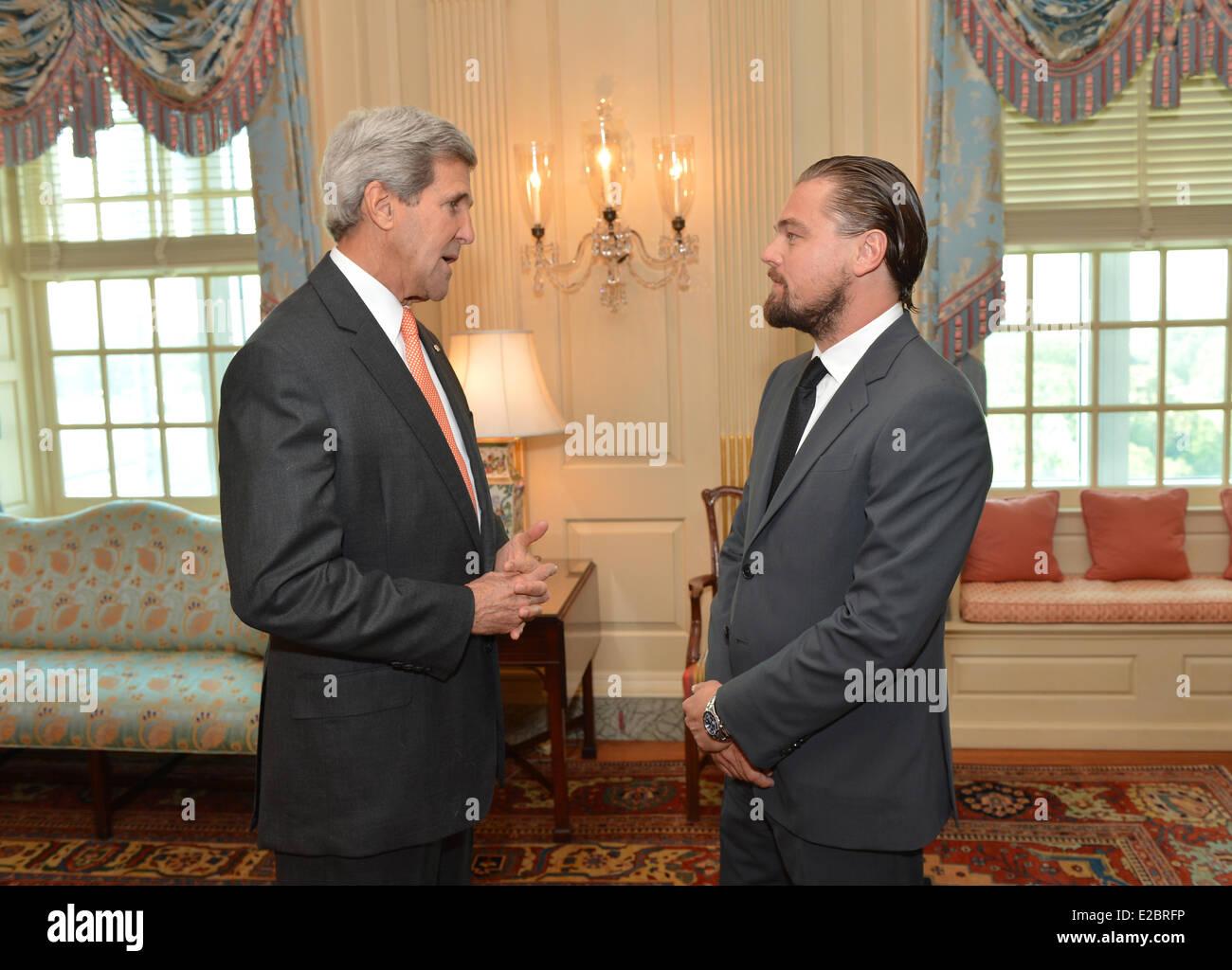 ¿Cuánto mide Leonardo DiCaprio? - Real height Us-secretary-of-state-john-kerry-meets-with-actor-leonardo-dicaprio-E2BRFP