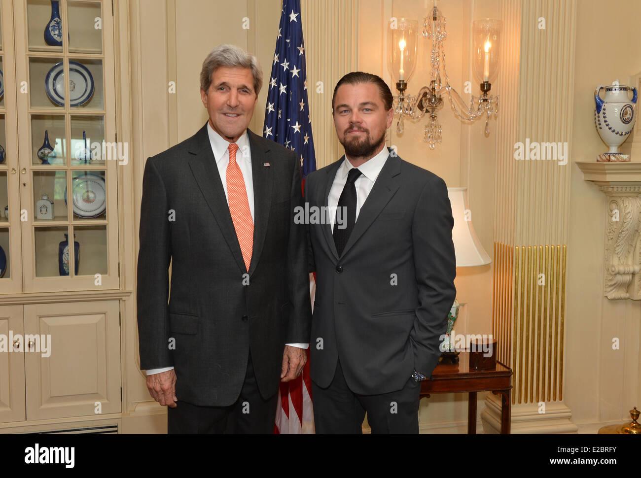 ¿Cuánto mide Leonardo DiCaprio? - Real height Us-secretary-of-state-john-kerry-meets-with-actor-leonardo-dicaprio-E2BRFY