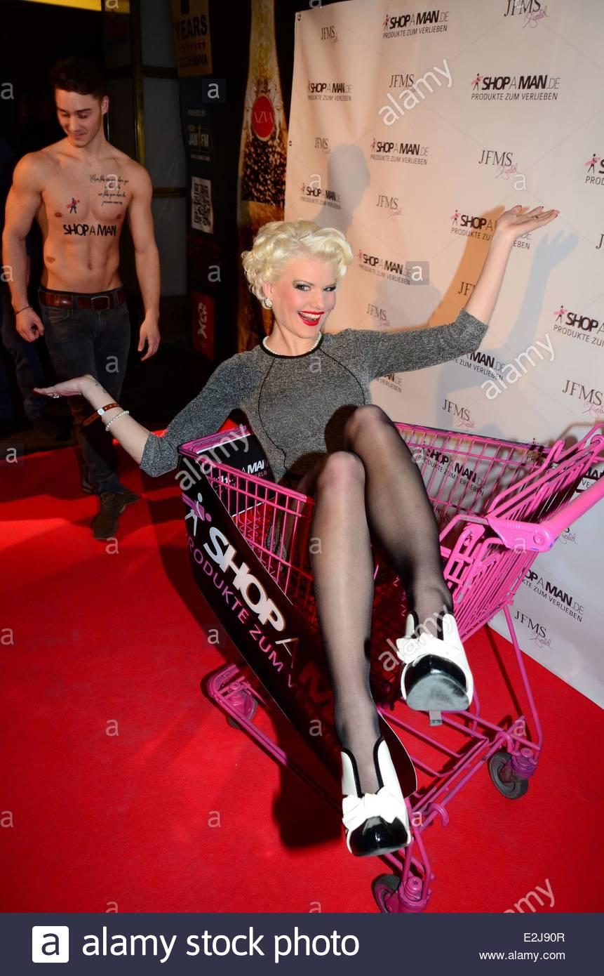 Melanie Mueller (Bachelor) at ShopAMan Valentine