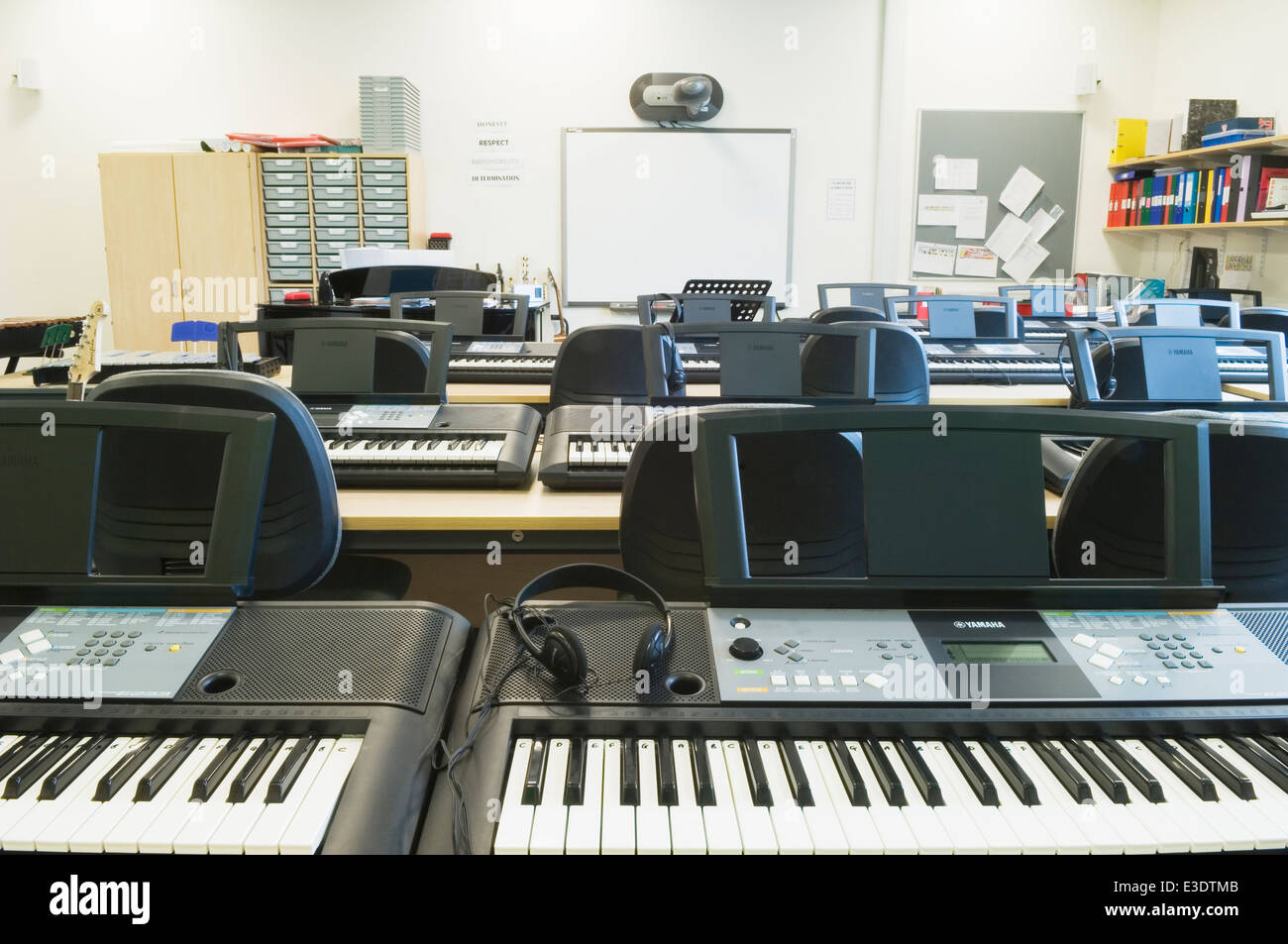 keyboards in the music classroom Pupils get to know keyboard functions and start learning to read staff notation   on a song from the british isles, a classroom arrangement of the music, lyrics,.
