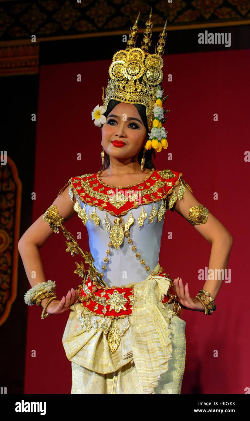 apsara-dancer-in-traditional-costume-phn