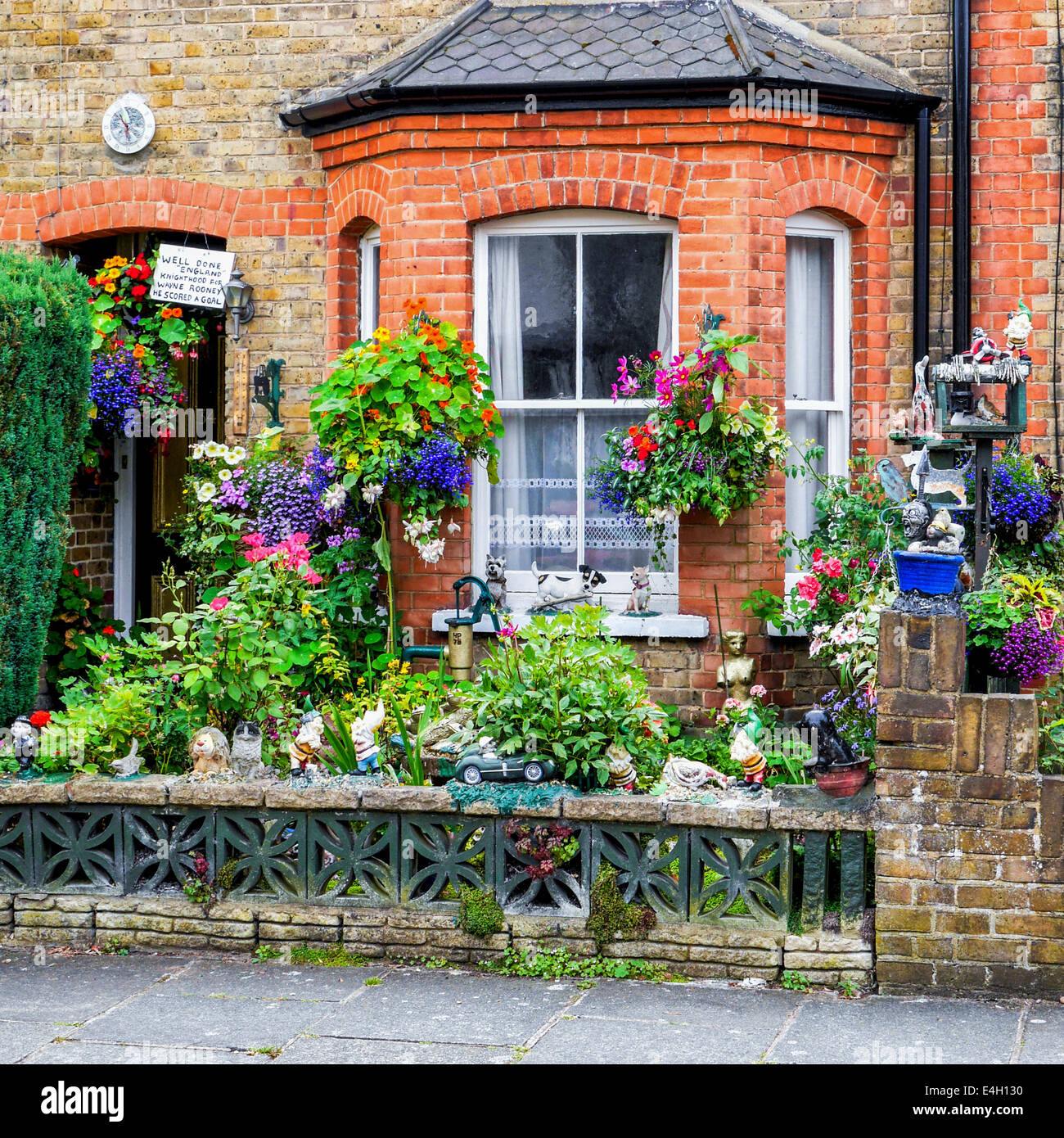 Unusual fun quirky front garden with amusing ornaments for Quirky ornaments uk