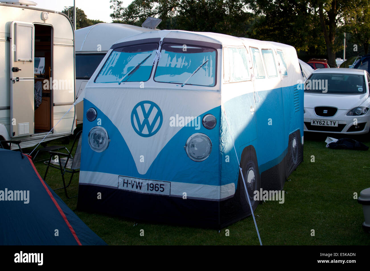 VW c&er van tent at Warwick Folk Festival c&site & VW camper van tent at Warwick Folk Festival campsite Stock Photo ...