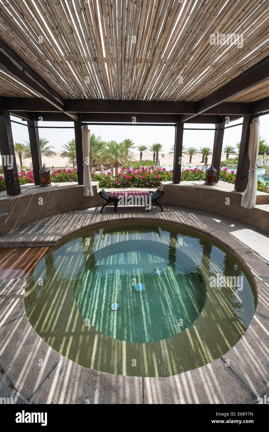 Pool hot tub jacuzzi deck patio area at the bab al shams for Design hotel deck 8