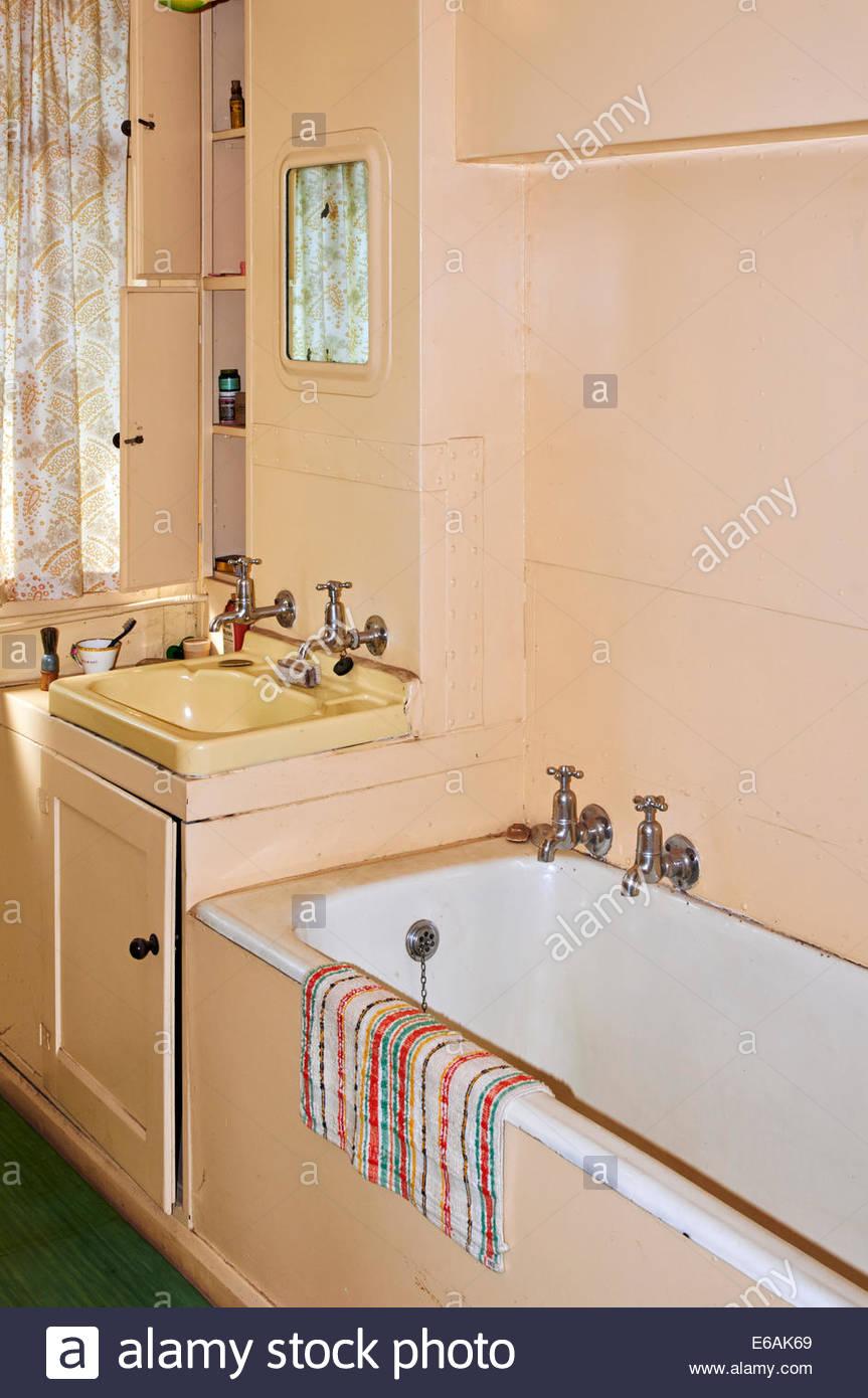 Beautiful Bathtub Refinishers Big Bath Refinishing Service Flat Painting A Tub Tub Refinishers Old Paint A Tub Brown Paint For A Bathtub