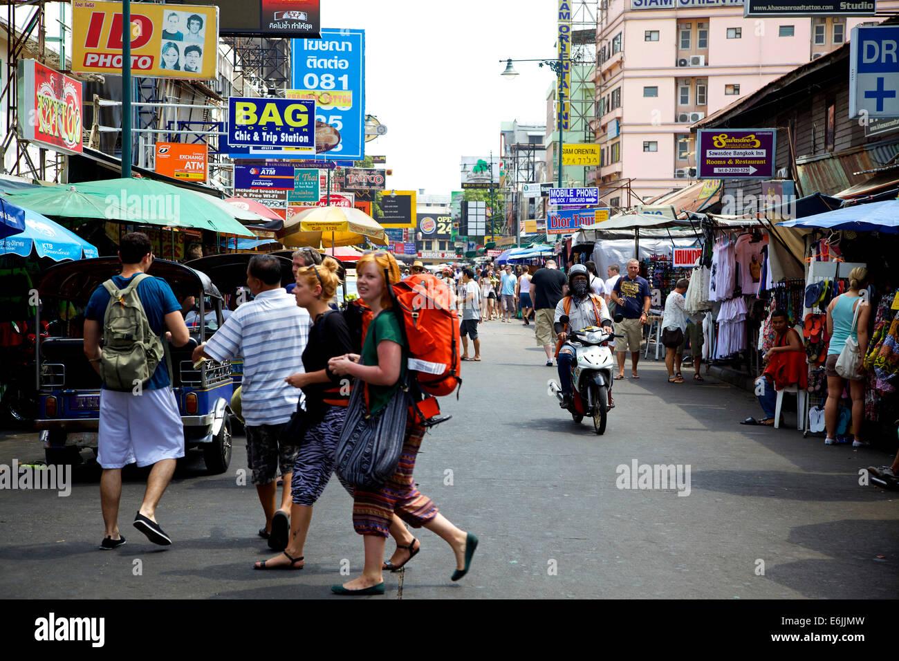 Khaosan tourists, backpackers in Khao San Road, Bangkok ...