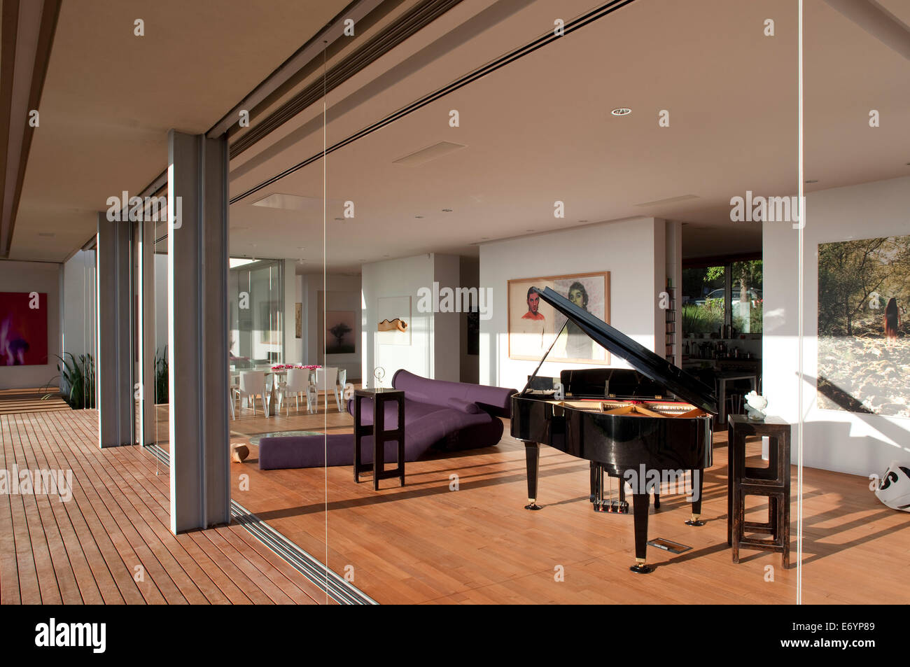 View into luxury room with grand piano l house israel for Piano house classics