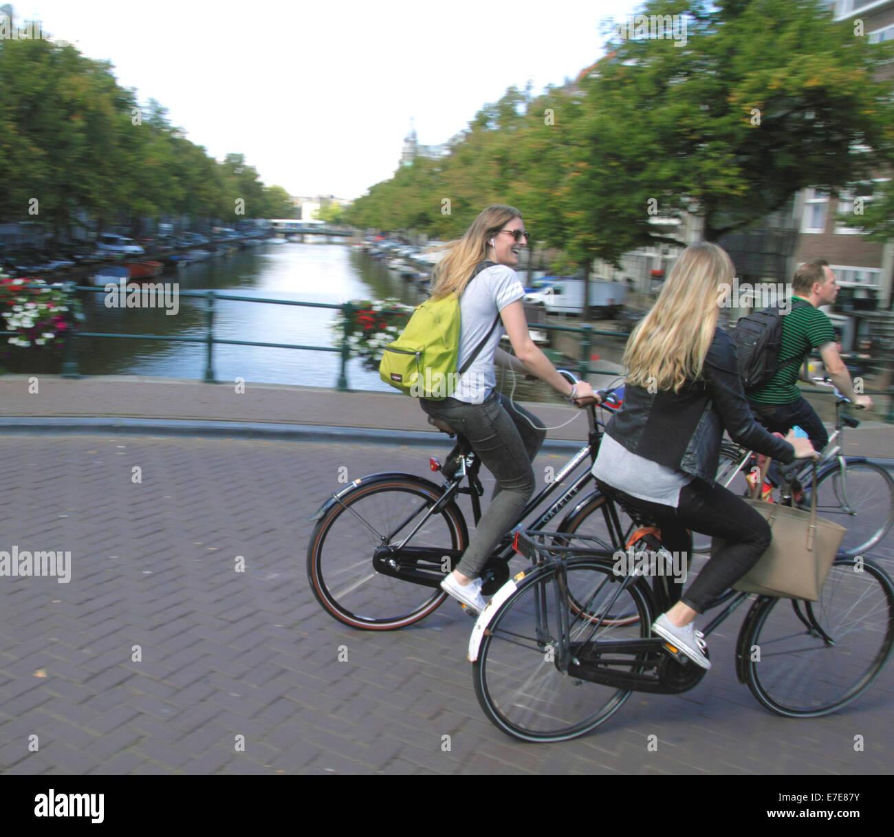 cyclists-riding-bridge-over-the-keizersg