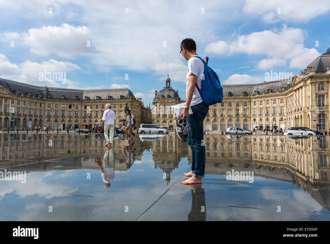 Bordeaux france street scenes people enjoying miroir d for Miroir d eau bordeaux