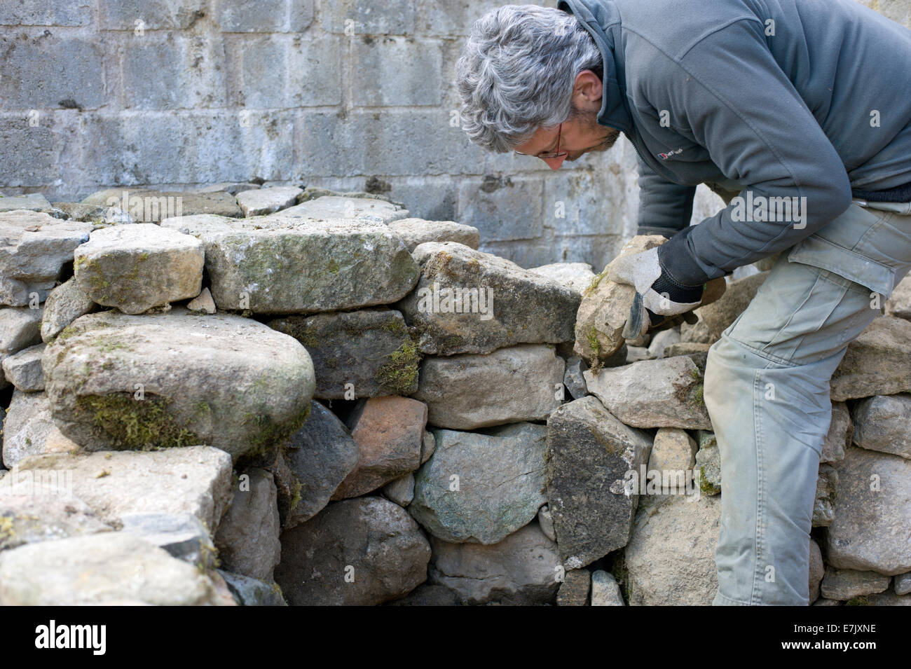 Preparatory work for building an earth oven. Building the dry ...