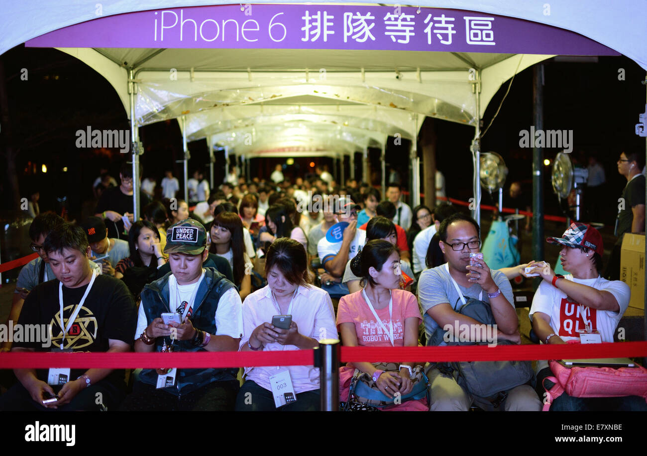 People Line Up To Buy New IPhone 6 Smartphones At An Release Event In Taipei Southeast Chinas Taiwan Late Sept 25 2014 Apples And