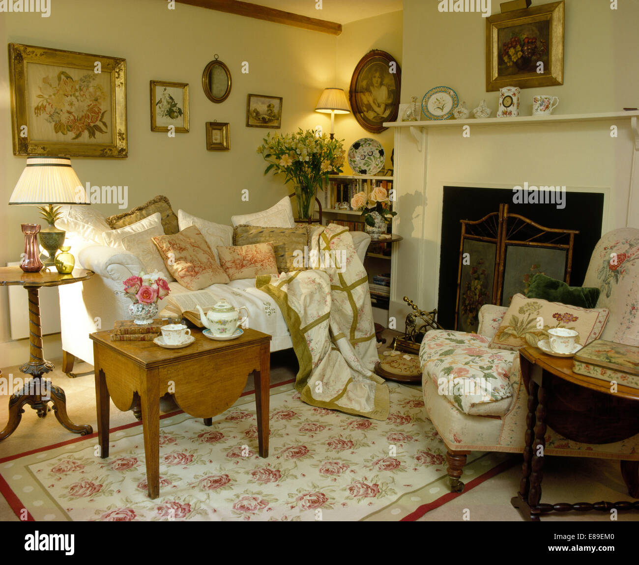 Lovely Cushions And Throw On White Sofa In Cottage Living Room With Rose Patterned  Rug And Small