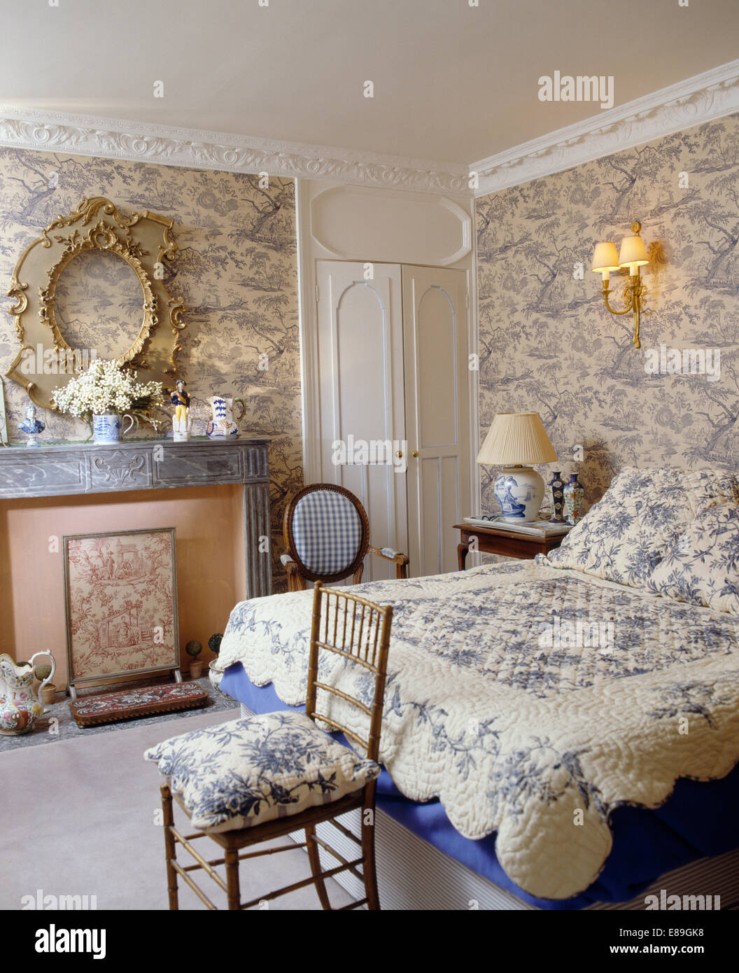 Blue toile de jouy wallpaper in bedroom with blue floral for Blue and white bedroom wallpaper