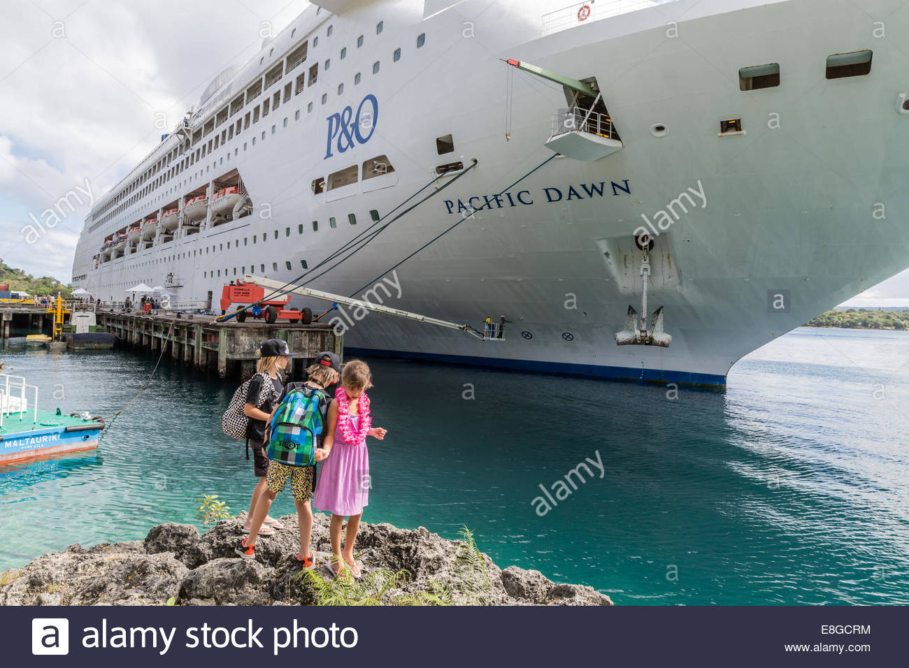 Children Looking At PO Cruise Ship Pacific Dawn Docked At Port - Cruise ship pacific