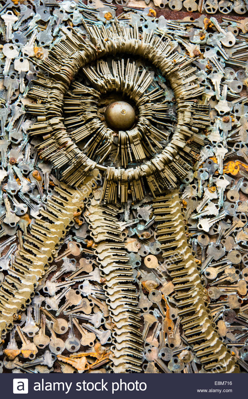 Detail_of_metal_sculpture_made_with_keys